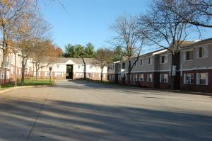 IMAGE:honey locust apts 01